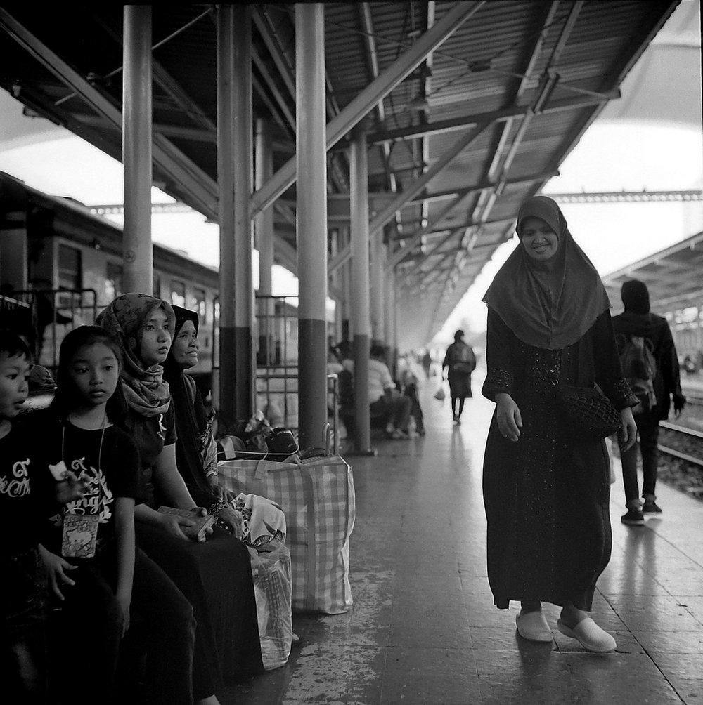 Chromacomaphoto street photography bangkok thailand delta 400 rolleiflex e 28 xenotar hualamphong (3).JPG