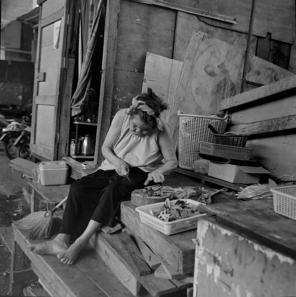chromacomaphoto bangkok street photography rolleiflex black white ilford thailand khlong toei slum ghetto (8).JPG