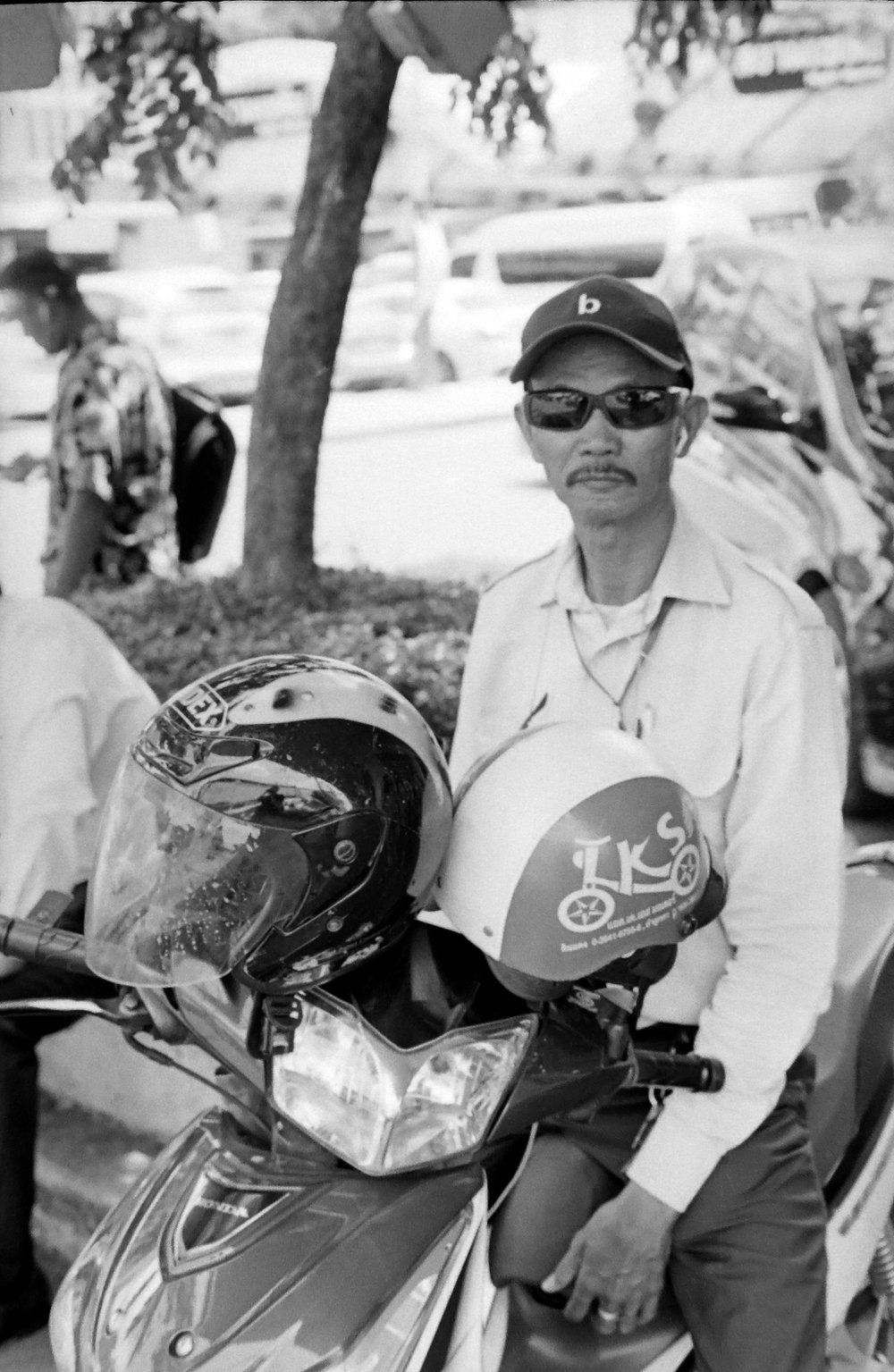 chromacomaphoto street photography bangkok thailand film tri x summicron rigid 50 leica m4 black and white (8).JPG