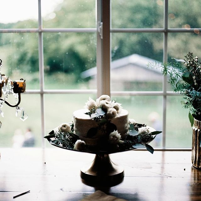 Focusing on the details 🍰 . . #weddings #photovision #weddingphotography #weddingcake #minnesotawedding #filmweddingphotographer #kodak #mnwedding #filmisnotdead #analogphotography #analoguevibes #mediumformat #weddingdetails #cake #barnwedding