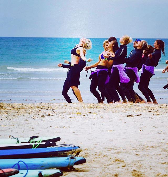 Sometimes you gotta give Poseidon your best pre-surf mojo dance #fearnowave #surferbabes 🌊🏄🏼♀️🏄🏼🌊 @mojosurf_au
