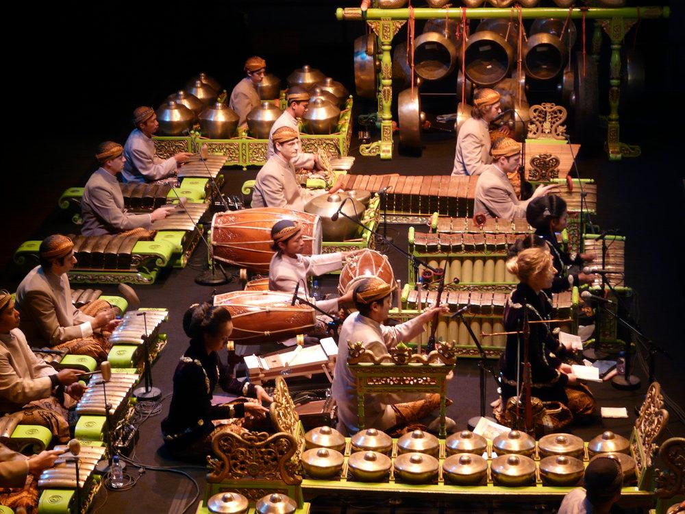 Photo prise lors d'un concert de gamelan dirigé par le dalang javanais Sri Joko Raharjo et composé du groupe mixte Sekar Wangi et Nggiri Kawasta à la Cité de la musique en 2008.