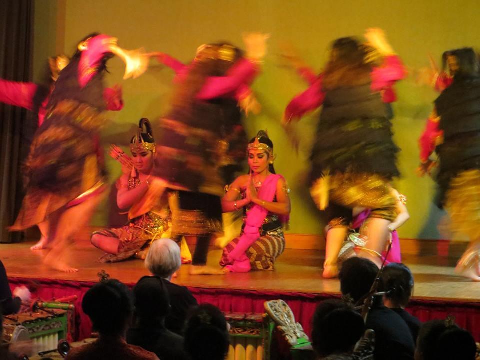 Wuyung amberung-gamelan-pentas-KBRI paris-Pantcha Indra