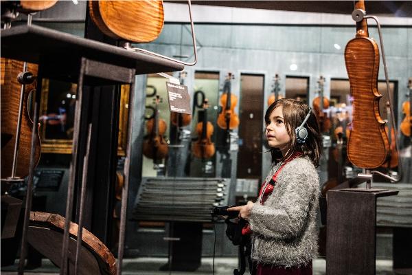 Espace des luthiers © William Beaucardet - Image Vignette : Visiteurs Espace XVIIe © Pierre-Emmanuel Rastoin