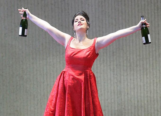 La Traviata (1853) - VERDILa Traviata et Mona Lisa sont les œuvres les plus connues au monde. Tandis que la Goconde affiche toujours le même sourire, Violetta ne cesse de vivre un véritable calvaire à chaque représentation.© Ken Howard / Metropolitan Opera