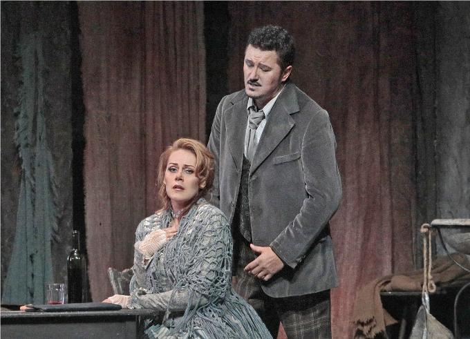 La Bohème (1896) - PUCCINILe défi est lancé : rester insensible au sort de la petite Mimi. C'est quasiment mission impossible. Un conseil : ne surtout pas oublier ses kleenex et toujours se rappeler qu'il n'y a aucune honte à laisser couler ses larmes.© Ken Howard / Metropolitan Opera