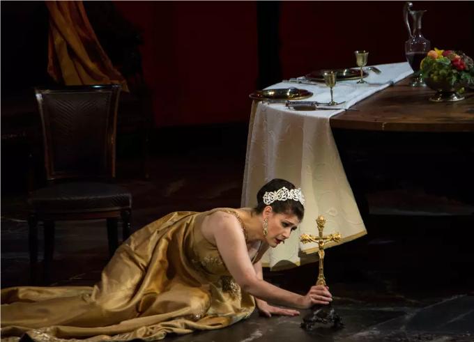 Tosca (1900) - PUCCINIScarpia est vraiment le méchant dans toute sa splendeur. Libidineux, manipulateur, le genre de type qu'on n'a pas envie de croiser. Heureusement que Puccini lui oppose une Tosca, femme forte avec un couteau. Et couic !© Elisa Haberer / OnP
