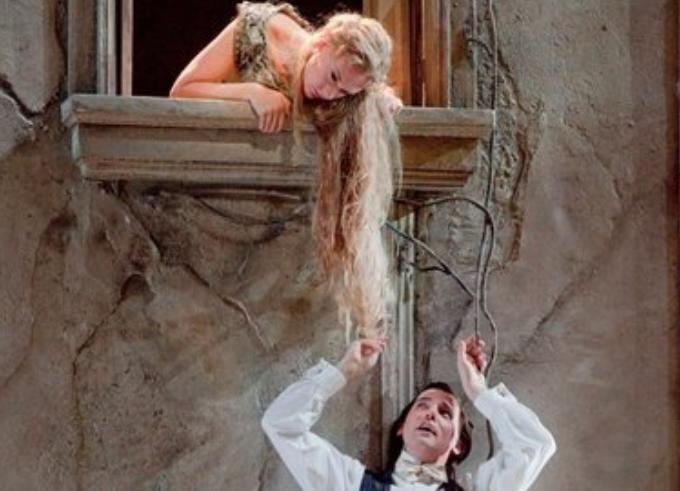 Pelléas et Mélisande - DEBUSSYEntre la clarté et l'obscurité et toujours en plein symbolisme, il n'est pas sûr que le mystère autour de Mélisande soit un jour dissipé. En plus, la musique de Debussy nous baigne dans l'étrangeté mais on aime ça !© Ken Howard / Metropolitan Opera