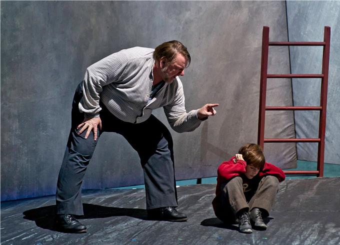 Peter Grimes (1945) - BRITTENLe grand Britten aimait certainement la mer mais bien agitée alors car son héros Peter Grimes affrontre la rumeur puis la vindicte populaire, sans bouée ! Et on s'en doute, c'est le drame…© Clive Barda ROH 2011