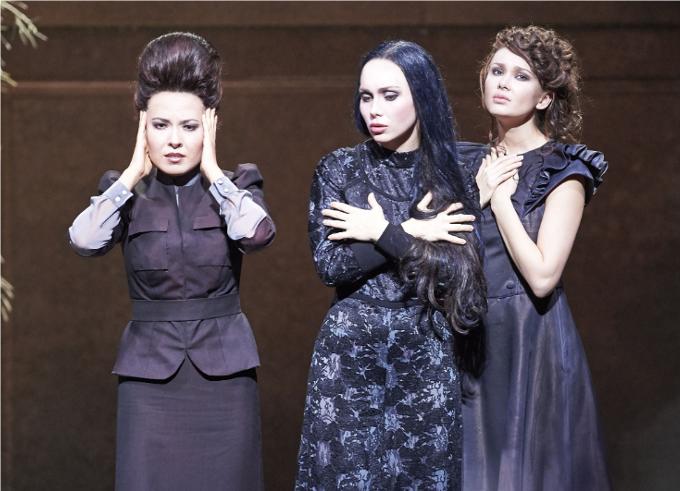 Three Sisters (1998) - EÖTVÖSOn croyait avoir tout vu à l'opéra et voilà que Eötvös renouvelle l'écriture. Comme dans le théâtre nô, les personnages masculins et féminins ainsi que les voix se mélangent dans un parler chanter envoûtant.© Wiener Staatsoper / Michael Pöhn