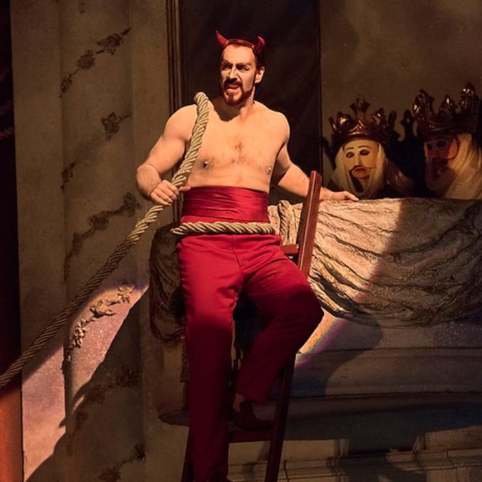 1) Mephistopheles - Faust (Boito, Gounod, Berlioz, Schumann, Busoni, etc.)Même s'il tourmente Marguerite, Méphistophélès n'est certainement pas le plus effroyable monstre de la galerie. Le pauvre diable est un fonctionnaire de l'enfer envoyé par son patron pour faire signer un pacte à Faust. Et pourtant, c'est une véritable icône, le plus connu des méchants. Avec son habit rouge, sa plume au chapeau, le héros de Goethe a inspiré bon nombre de compositeurs.© Karen Almond / Met Opera