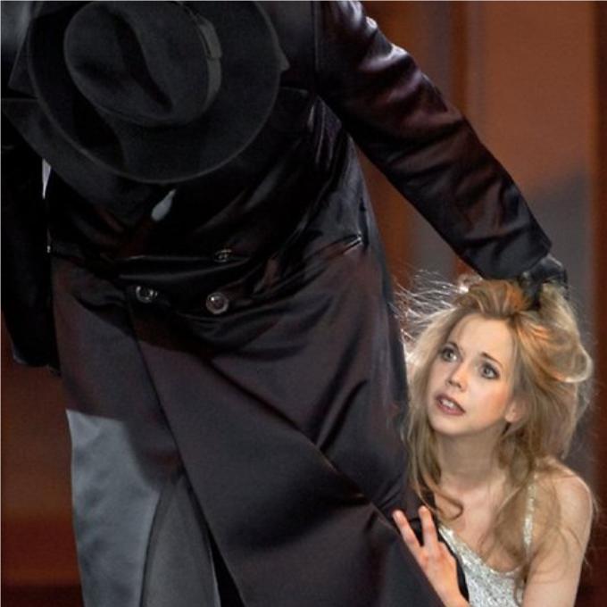 8) Jack the Ripper - Lulu (Berg)Le sinistre tueur en série londonien Jack l'éventreur n'apparaît qu'une fois dans l'opéra de Berg, lors de la scène finale. Après avoir fait tourner toutes les têtes, la sulfureuse Lulu plonge irrémédiablement dans la déchéance. Réduite à la prostitution, elle accepte ce troisième client pour rien. Il s'agit de Jack qui après l'avoir assassinée, se lave tranquillement les mains dans une bassine.© Bernd Uhlig