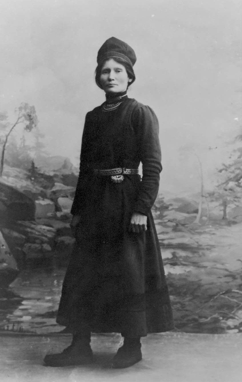 Elsa Laula Renberg (1877-1931) - Elsa Laula er et velkjent navn for de aller fleste, spesielt etter fjorårets jubileumsår for Tråante 2017. Hun var en sørsamisk reineier, organisasjonsbygger, aktivist og politiker. Rollen hun spilte under samemøtet i 1917 har gjort henne til en av de viktigste foregangspersonene i den samiske orgnaisasjonshistorien. Hun hadde flere kampsaker, blant dem: retten til undervisning på samisk i skolen, samisk eiendomsrett til sine skatteland, rett til å drive fastboende jordbruk og stemmerett uavhengig av eiendom og inntekt, og levelige vilkår for reindrifta. Hennes ettermæle har med tiden blitt viktigere og viktigere, og hun anses i dag som symbolet på starten av samisk organisering. Elsas engasjement i organisering av samer på tvers av nasjonale landegrenser har vært av stor viktighet for den samiske organisasjonsbevegelsen, og hun vil i prosjektet være symbolet på organisering. Gjennom sin opptreden skal hun inspirere publikum til å tenke på hvordan vi organiserer vårt samfunn, og hvilken styringsform det fiktive samfunnet skal velge.