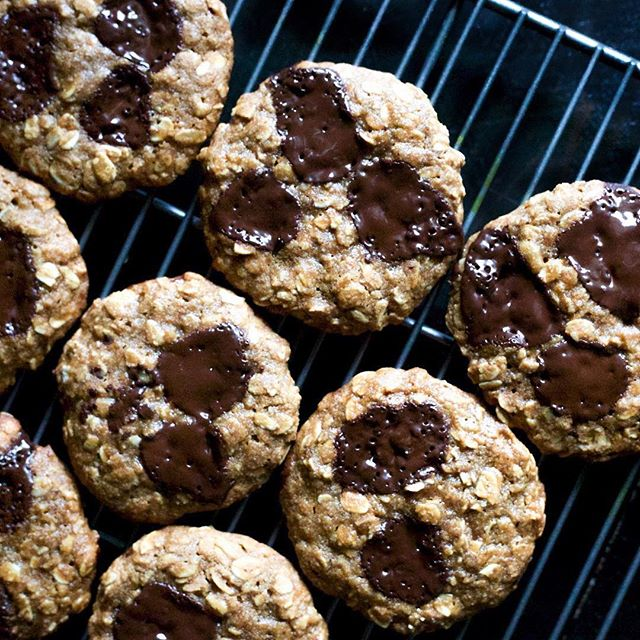 6-ingredient #vegan almond butter chocolate chip cookies by @thebakingspoon 🍪💃🏻 all you need is: tahini, @nuttybuddynutbutters almond butter, almond flour, coconut nectar, gf rolled oats, dark chocolate chunks and pumpkin spices #nuttybuddy #nutbutter