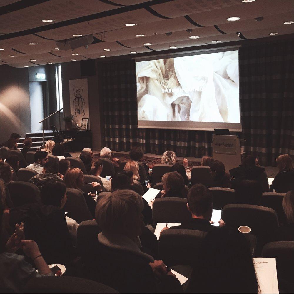 Specialseminarium och workshops Skräddarsydda föreläsningar kring omvärldsanalys, normer och värderingar, nya konsumtionsmönster, digitalisering, hållbarhet och nya affärsmodeller Inspirationsföreläsningar med internationella gästföreläsare. Utbildningsserier: From Soil To Bin Workhop med fokus på hållbarhet / digitalisering eller nya affärsmodeller.