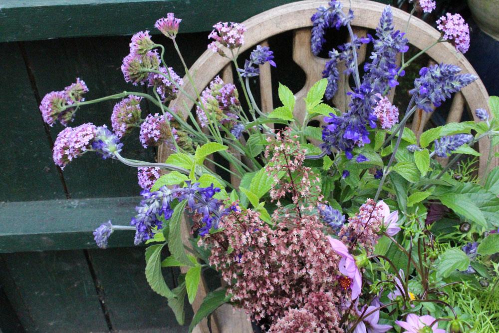 flowers_bucket_blose_up.jpg