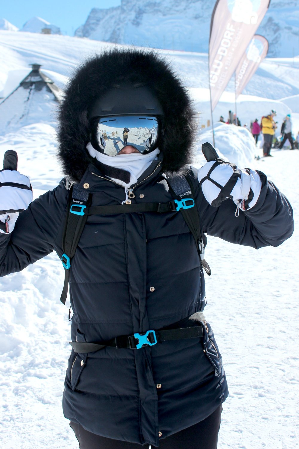 zermatt-iglo-dorp-eskimo-thumbs-up.jpg