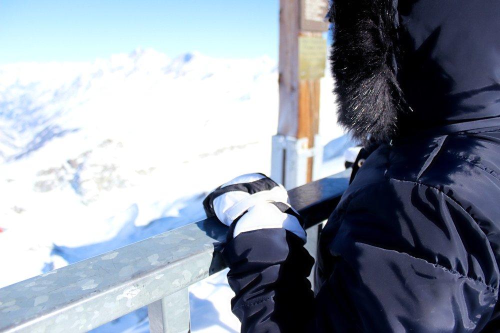 snow-zermatt-klein-matterhorn-gloves-eskimo-hoodie.jpg