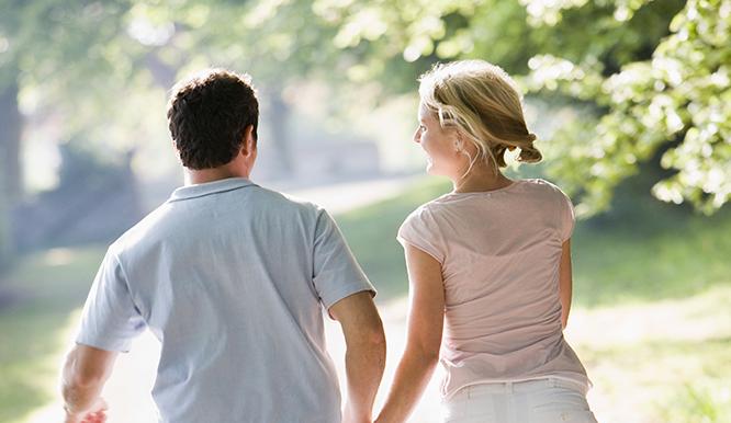 couple-running-outdoors-holding-hands_StjlgT5Rrj_smaller.jpg