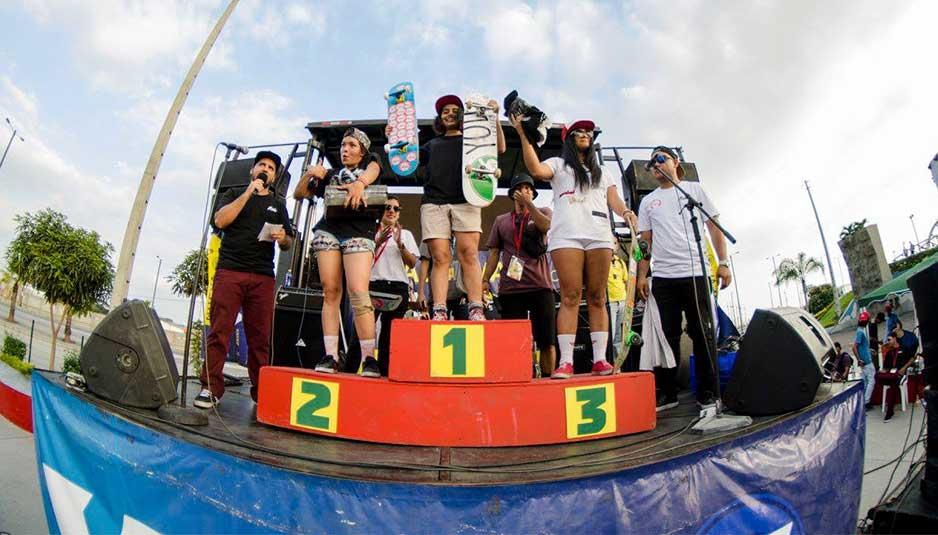 Ganadores categoría Mujeres del primer torneo de skate en Ecuador