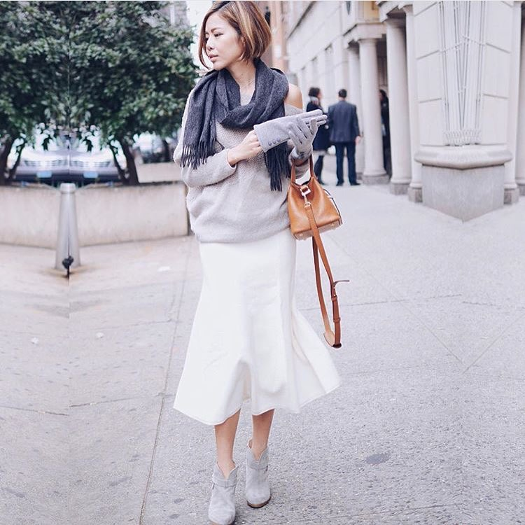 @piecesofc completing her gorgeous street look with the Mini Thela in tan from Meli Melo. Shop our feed via the bio link #streetstyle #melimelo #thelabag #regram #love