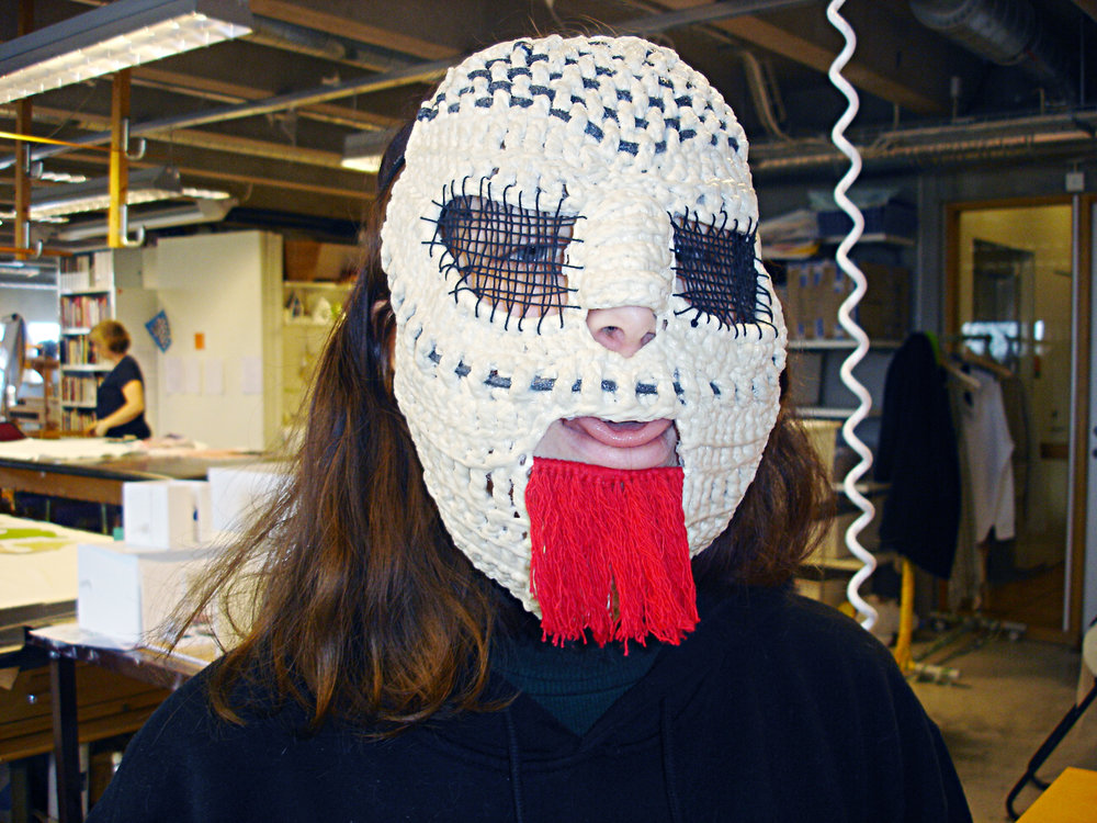 Jag med en mask i textil som Tio Anund har gjort.