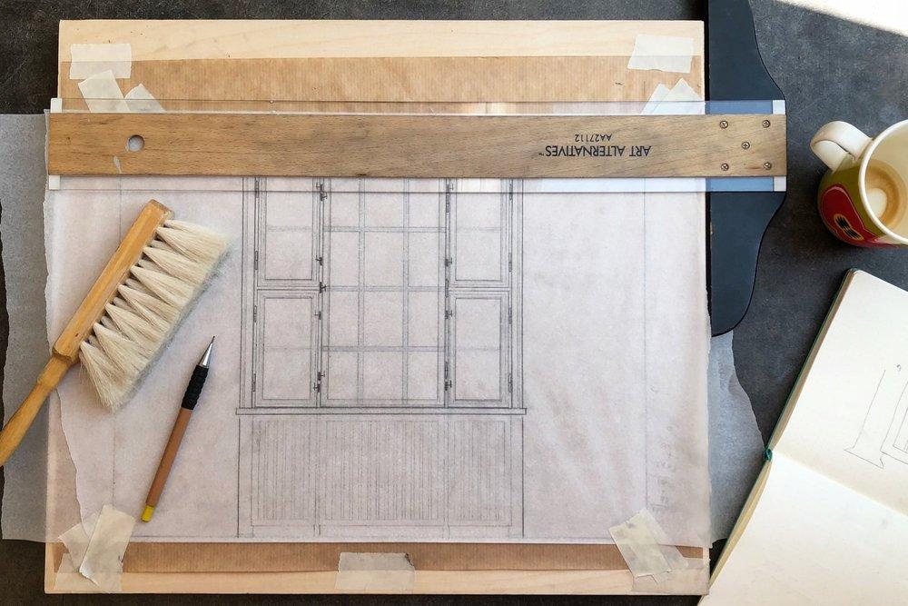 Hans Egedes Gade, København N   I foråret 2018 lavede jeg en replika af min veninde Emilies fantastiske væg og vindue. Når jeg laver replikaer starter jeg med at måle op på stedet (hvis det er muligt). Derefter laver jeg en præcis og detaljeret tegning af væggen, for at være sikker på at alle dimensioner passer.
