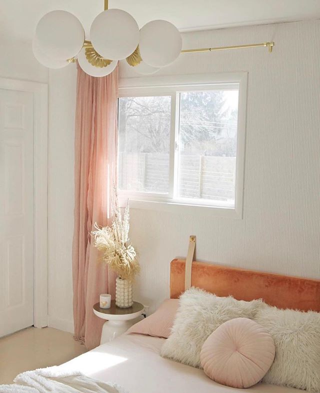 Completely smitten by this room design via @britdotdesign and loving the Paige chandelier by @mymitzi #blushcrush #interiorinspo #bedroomdecor #pampasgrass