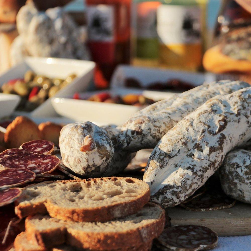 AU BON SAUCISSON - Depuis 1970, au bon saucisson vous propose des produits fabriqués dans le plus grand respect de la tradition, avec des produits locaux tel que le saucisson à la fleur de sel de l'île de Ré.tous les jours sur les marchés de l'île de Ré.Marchés : Le Bois-Plage, La Flotte, Ars en Ré, Les PortesTél : 06 62 36 13 45