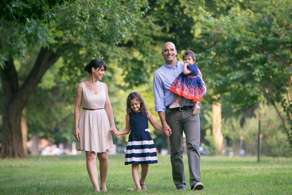 family portrait park parents daughters photography 0002
