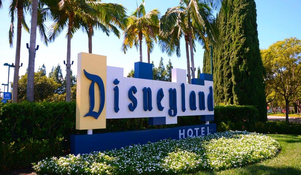 Disneyland-Hotel-Review-Front-Sign.jpg