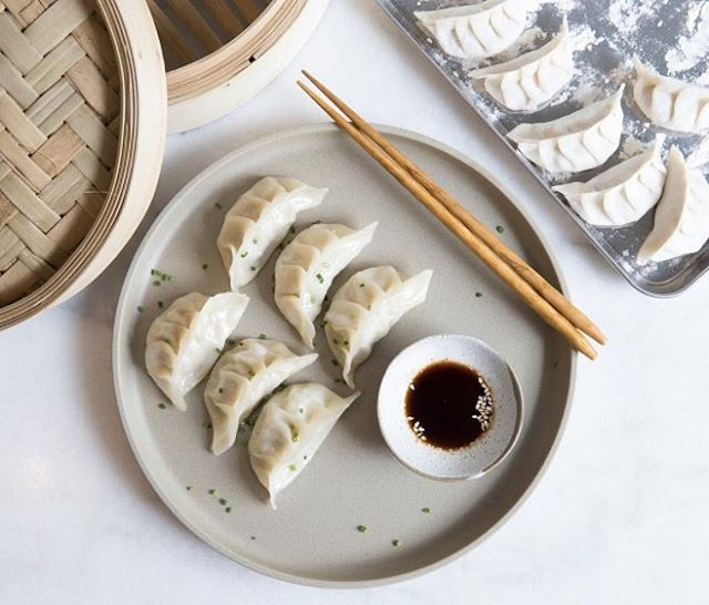 Craving Chinese dumplings late at night, and the frozen store-bought packages just won't fix the midnight cravings for you?  Peas, we know how you feel and that's why we are bringing you an exclusive cooking class with @Nourish Cafe & Cooking School. Featuring four vegan-friendly dishes (including pan-fried veggie dumplings), you will gain master cooking skills and say bye bye to your instant noodle.  Register NOW -  Link in profile! . . . . . #ChooseHealthy #cookingclass #vegandishes #plantbased #organic #feelingnourished