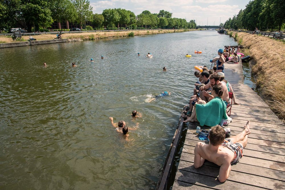 The canal of Brussels is already today a place for (not allowed) swimming / Le canal de Bruxelles est déjà aujourd'hui un lieu de baignade (non autorisé) / Het kanaal van Brussel is vandaag al een plek voor (niet toegestaan) zwemmen.