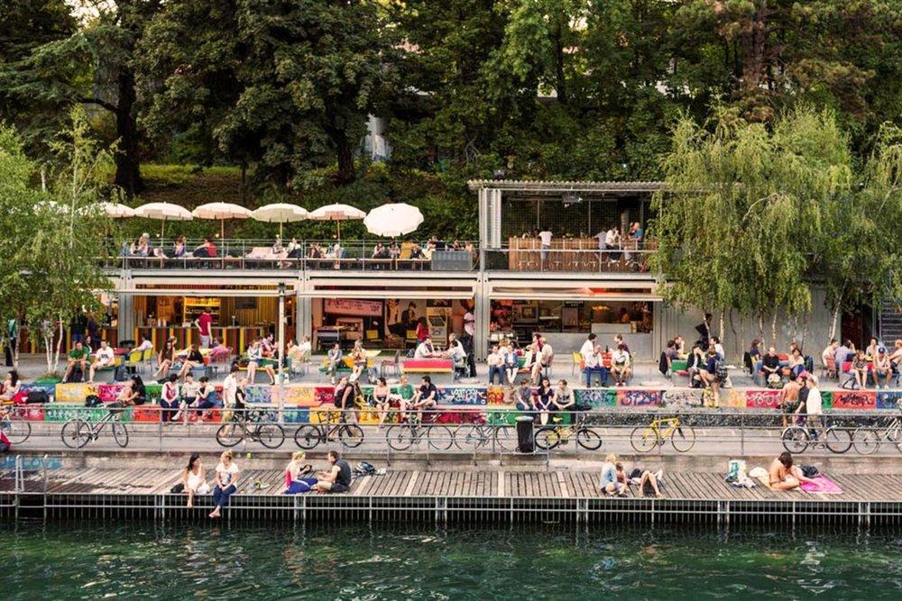 The canal is a vivid place of urban life / Le canal est un lieu vivant de la vie urbaine / Het kanaal is een bruisend deel van het stadsleven.