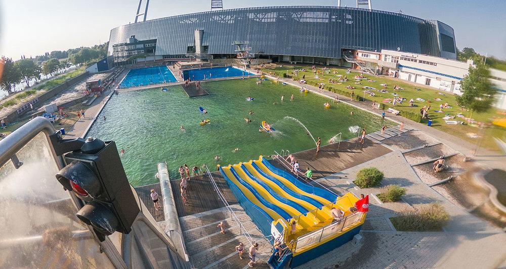 Stadionbad Bremen (Germany) with naturally filtered recreational pool (green color). Stadionbad Bremen (Allemagne) avec piscine récréative à filtration naturelle (couleur verte). Stadionbad Bremen (Duitsland) met natuurlijk gefilterd recreatiebad (groene kleur).