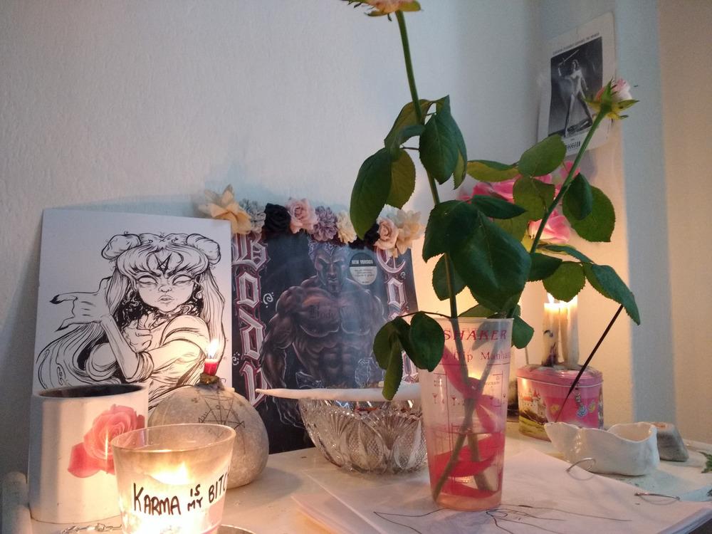 Rose healing altar via  fuckyeahaltars on Tumblr