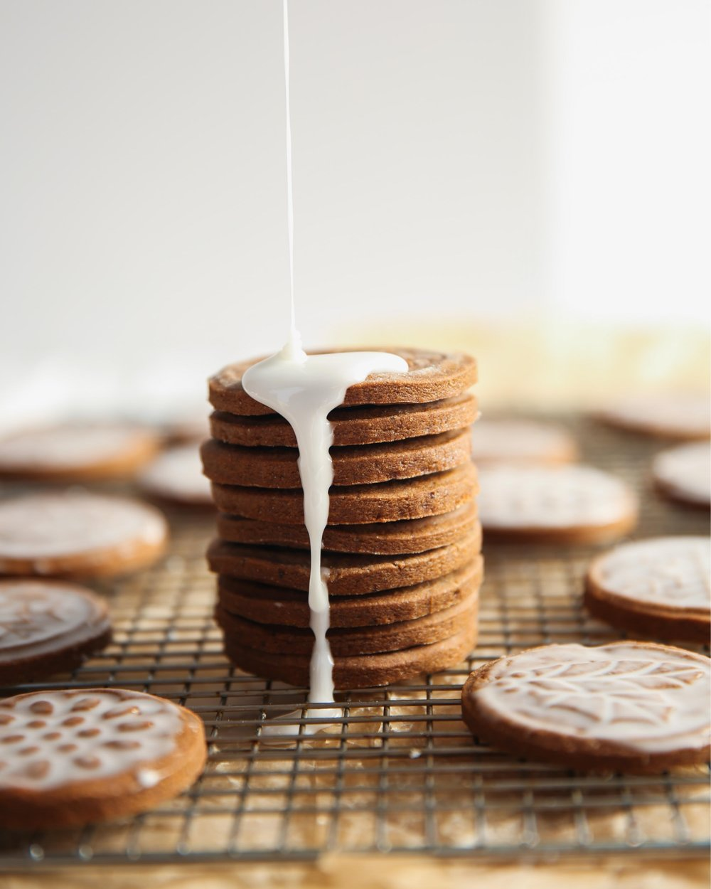 Icing gingerbread cookies with an easy icing