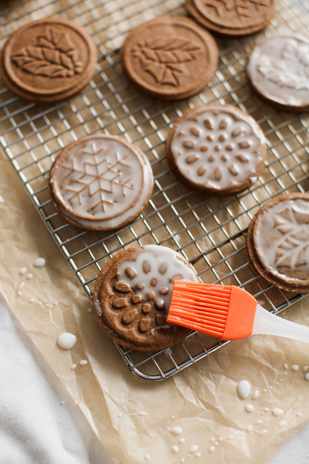 Glazing gingerbread cookies