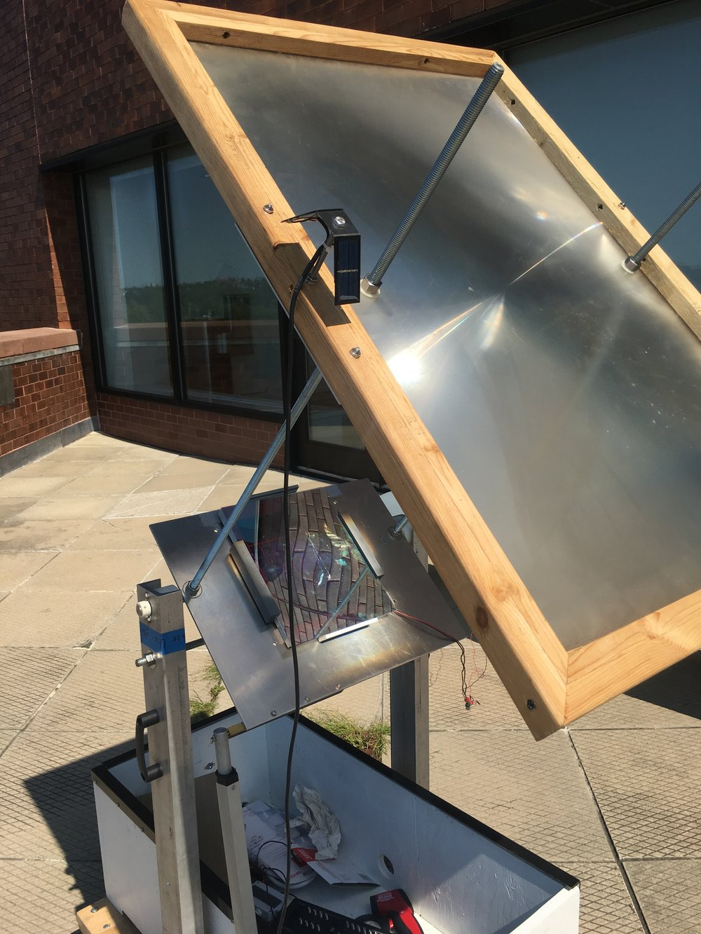 Testing a small panel with an additional concentrator (Fresnel lens)