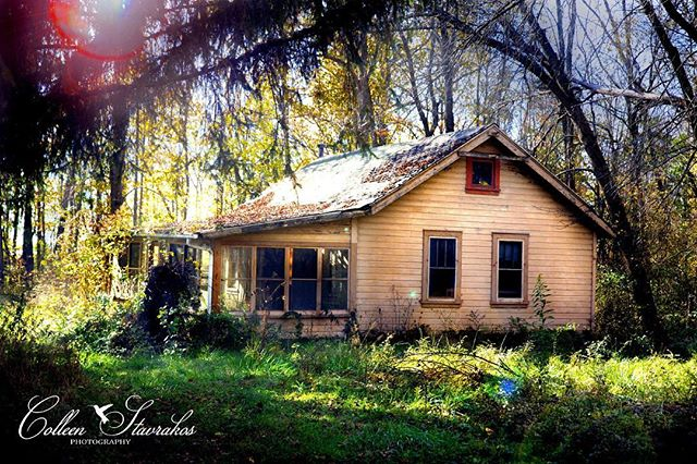 Some more of the abandoned house I found😳💛❤️💛 #adandoned #abandonedplaces #abandonedphotography #abandonedamerica #abandonedhouse #beautiful #decay #nature #naturephotography #naturelover #nature_perfection #naturelovers #house #natureisbeautiful #adventure #adventuretime #found #creepy #amazing #amazing_pictures