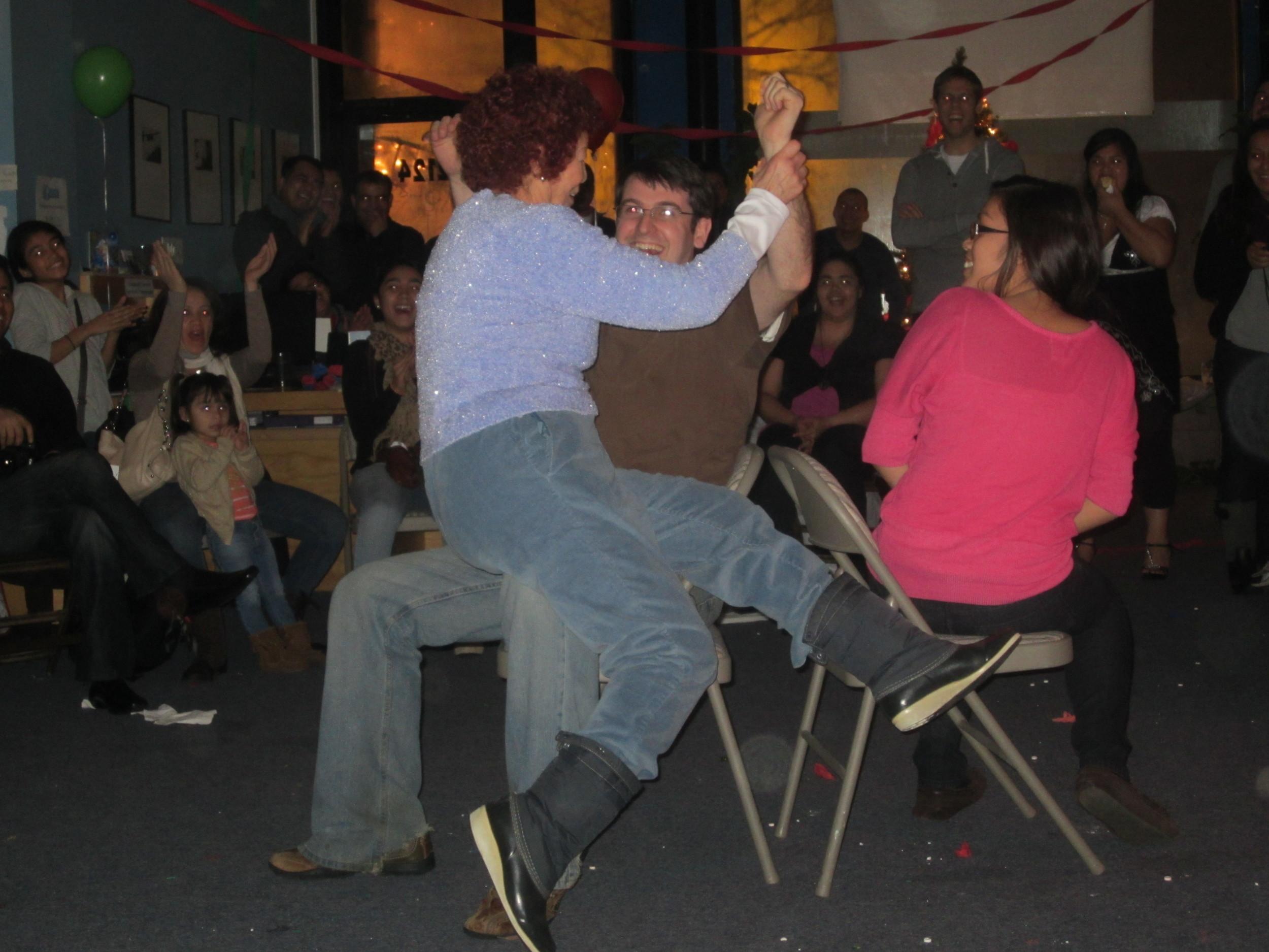 la_posada_joel_ana_maria_musical_chairs