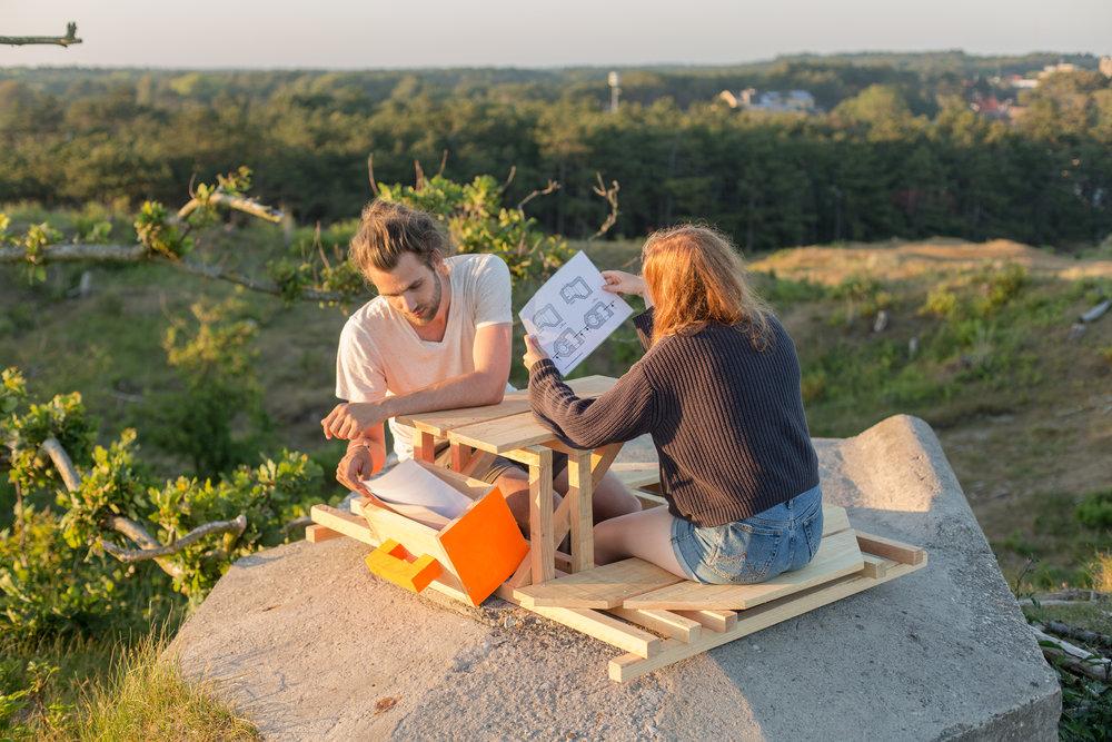 Een ander meubel maakte het mogelijk om op de bunker te zitten en te leren over de geschiedenis met historisch beeldmateriaal