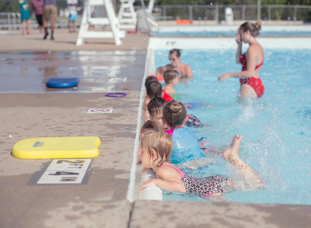 01 swim school splash pad young girl swim lessons bathing suit cheetah print edmond oklahoma city natural light lifestyle portrait photographer (4).png