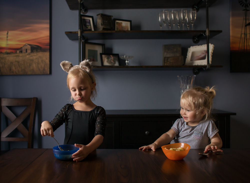 03 dinnertime wolf ears great wolf lodge siblings girls sisters edmond ok photographer oklahoma city natural light lifestyle (1).png