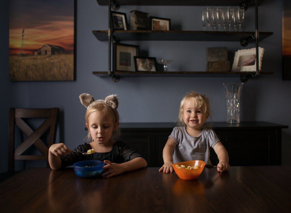03 dinnertime wolf ears great wolf lodge siblings girls sisters edmond ok photographer oklahoma city natural light lifestyle (5).png