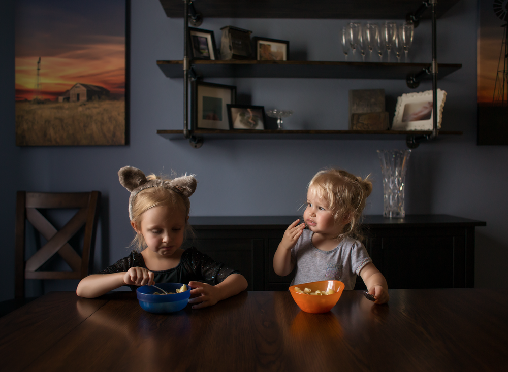 03 dinnertime wolf ears great wolf lodge siblings girls sisters edmond ok photographer oklahoma city natural light lifestyle (7).png