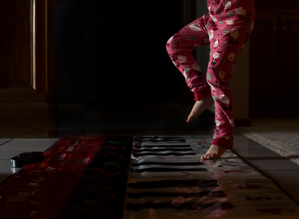 chopsticks floor piano keyboard toy big movie girl santa pajamas jammies toddler child sisters siblings edmond ok photographer natural light oklahoma city lifestyle photography (5).png