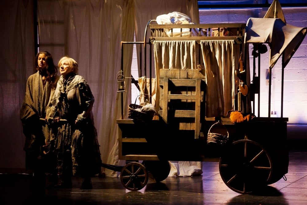 Mother Courage and Katrine pull the wagon