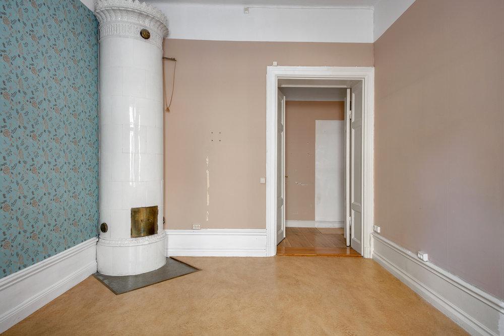 Sovrummet, där vi ska måla i en mörk färg och lägga heltäckningsmatta, jag tänker mig något vitgrått och fluffigt! //Bedroom, where we are going to choose a dark colour for the walls and install a carpet, I'm thinking fluffy and kind of white-ish.
