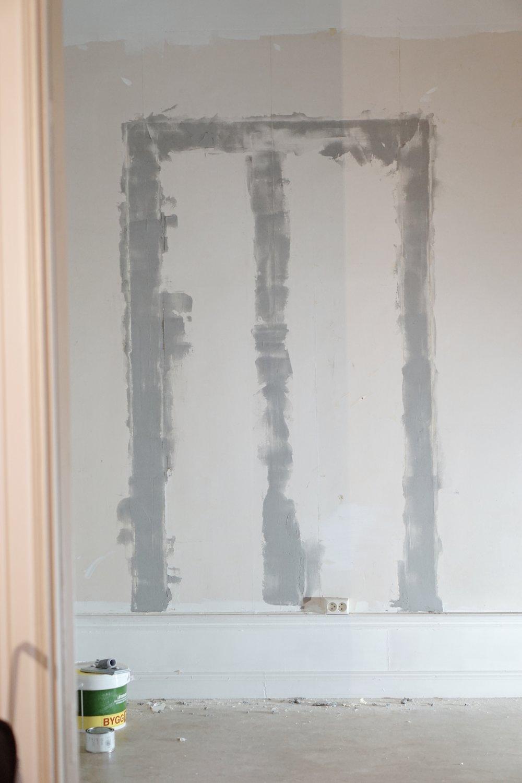 En överransking var det minst sagt när vi hade spacklat upp sovrummet redo för målning när vi inser att det är sprickor i form av en dörr i ena väggen! // A surprise to say the least was to find a hidden door when filling the bedroom and prepping for paint!